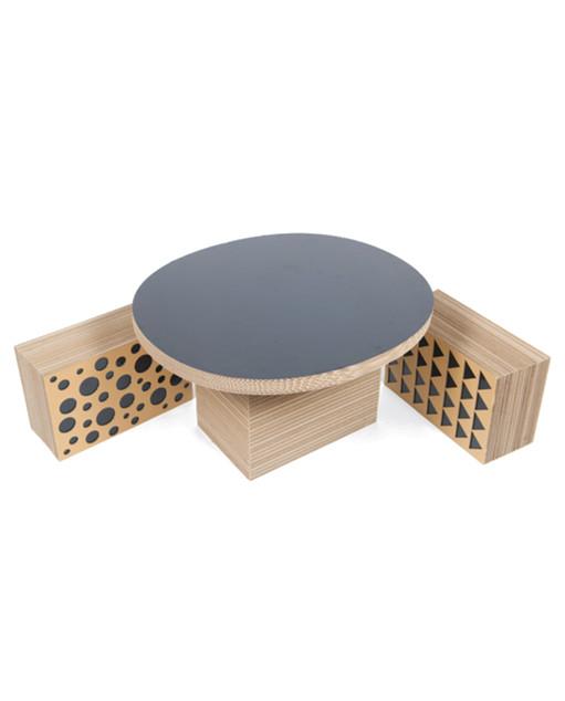 Mesa y taburetes de cartón
